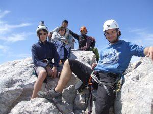 Grupo de escaladores en la cumbre del Uriellu junto la Virgen de las Nieves