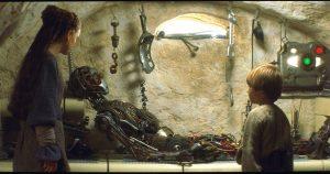 Anakin con su proyecto de droide de protocolo llamado C-3PO