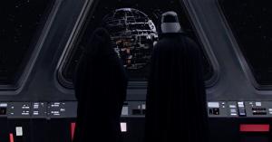 Emperador y Darth Vader vislumbrando la construcción de la Estrella de la Muerte.