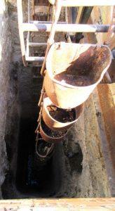 Pozo de agua seco y abandonado.