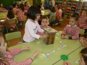 Niños explorando una caja nido