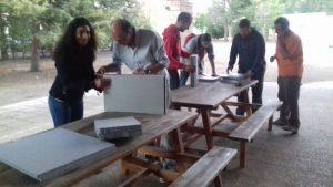 Alumnos construyendo cajas refugio